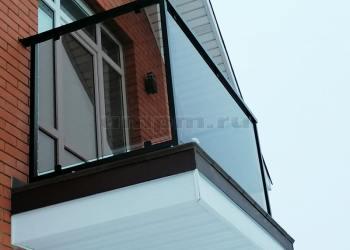 Ограждения балкона из черновой стали и стекла