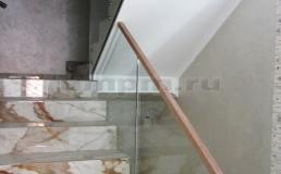 Стеклянные перила на лестнице