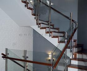 Комбинированные ограждения из нержавеющей стали и стекла  с деревянным поручнем