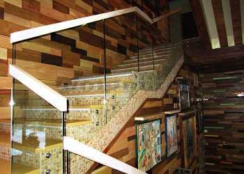 Стеклянные перила с прямоугольным деревянным поручнем