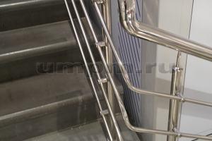 Перила из нержавеющей стали на углах лестниц