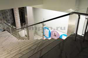 Стеклянные ограждения лестниц с комбинированным поручнем