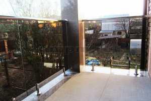Стеклянные ограждения балкона  на министойках с тонированного стекла