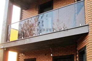Стеклянные перила для балкона из тонированного стекла