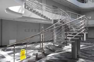 Ограждения из нержавейки для радиусной лестницы