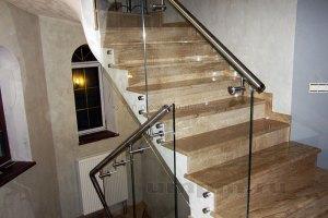Стеклянные перила для лестницы на точках с выносным нержавеющим поручнем
