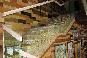 Стеклянные ограждения для лестницы на точках с прямоугольным деревянным поручнем