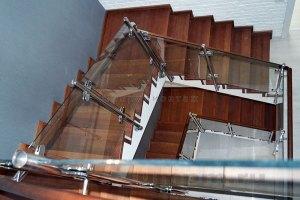 Комбинированные ограждения из стекла, дерева и нержавейки