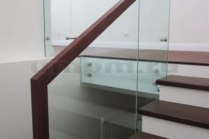 Перила на точечном крепление стекла с дубовым поручнем
