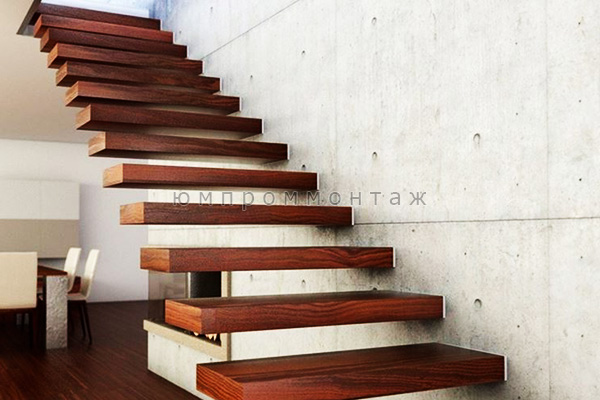 Лестница смонтированная в стену