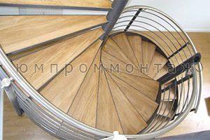 Винтовая лестница из металла с деревянными ступенями