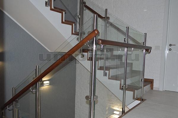 Перила из нержавеющей стали и стекла с деревянным выносным поручнем