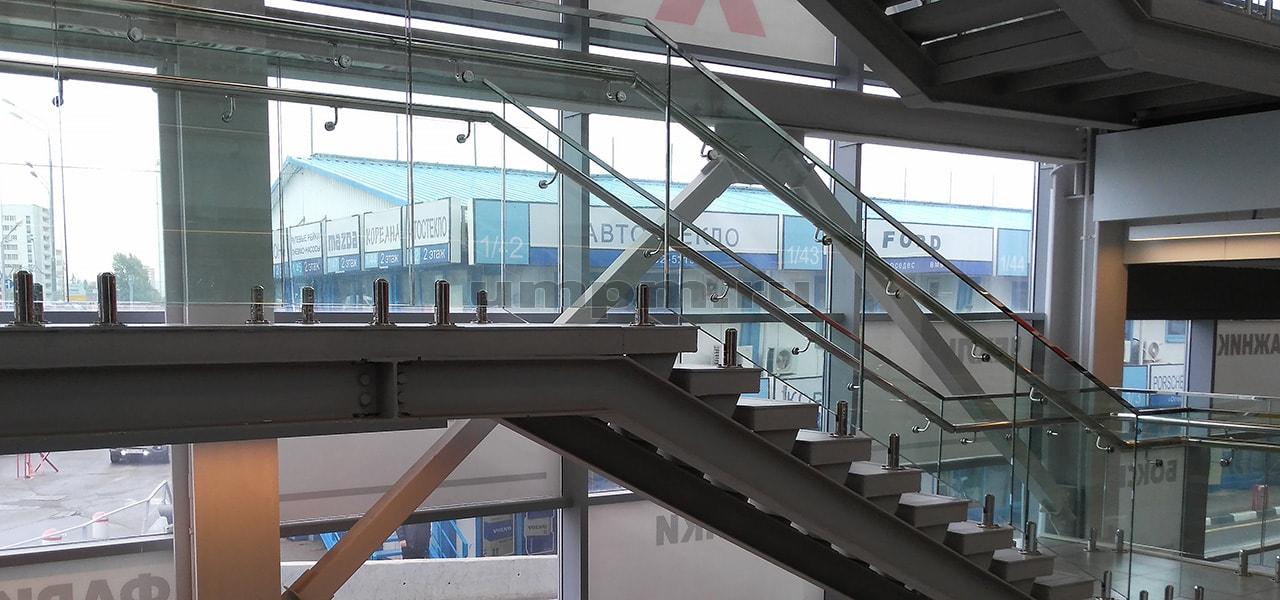 Стеклянные перила на министойках для лестниц