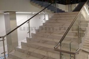 Ограждения из стекла, нержавеющей стали и дубовым поручнем