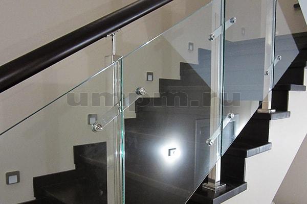 перила для лестниц из нержавейки и стекла из профильной трубы и деревянного поручня
