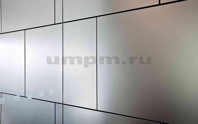 Облицовка стен крашенными панелями панелями