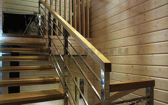 Лестничные ограждения из нержавеющей профильной трубы с деревянным поручнем