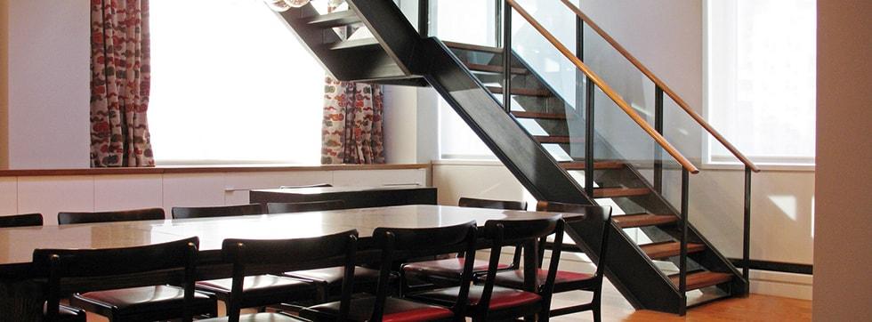 Металические лестницы с стеклянными ограждениями