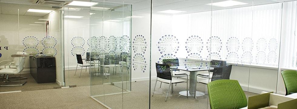 Стеклянные перегородки для офисов и душевых