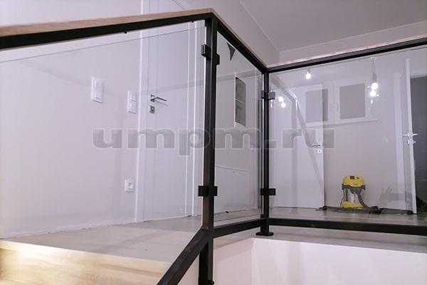 Перила из стекла и металла для лестницы в стиле лофт