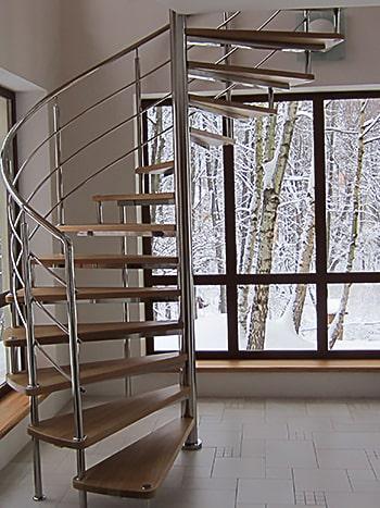 Винтовая на больцах лестница в коттедж