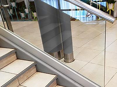 Стеклянные ограждения на профиле для лестниц