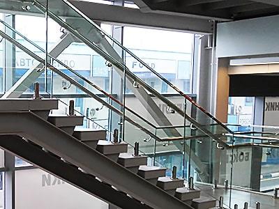 Перила для лестниц из стекла на министойках