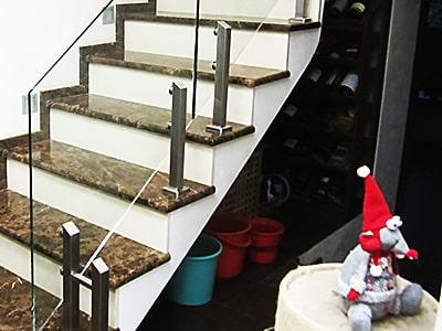 Перила для лестниц из стекла на стойках