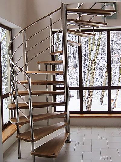 Винтовая лестница на больцах в частном доме