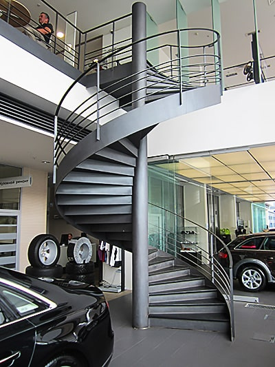Винтовая металлическая лестница в частном доме